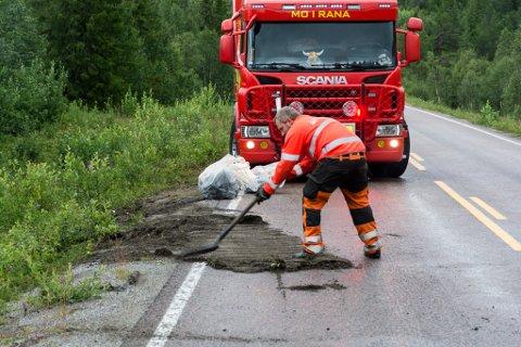 Lars Kvåle i Mo veihjelp rydder opp etter kollisjonen på E12 søndag.