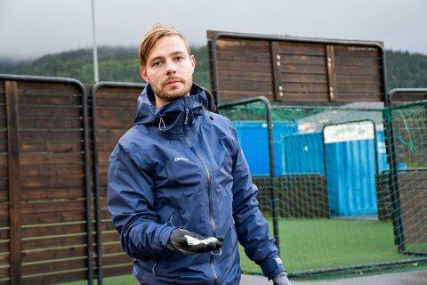 BANEANSVAR: Daniel Olsen, ved A-laget til Gruben IL, forteller at fotballklubben har ansvar for banen på Gruben. Nå har det blitt så mye knust glass at de må plukke flere ganger i uken.