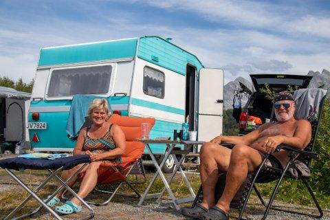 CAMPINGFERIE: Kristin Granli og Jan Andresen fra Jessheim skal reise nordover til Nordkapp i den turkise vognen. Men først måtte de innom Sandnessjøen og De syv søstre.