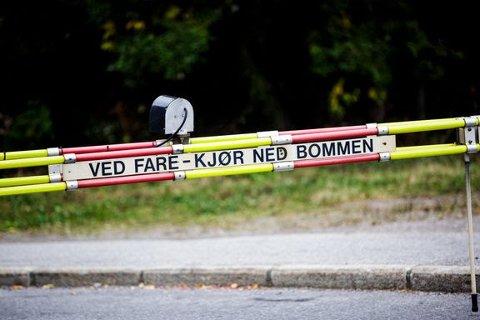 """""""Ved fare - kjør ned bommen"""". Foto: Adrian Nielsen, Bane NOR"""