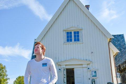 SOMMERJOBB SOM KIRKETJENER: – Man kan nesten sammenligne det med å være vaktmester for kirken, sier Håvard Aarthun.