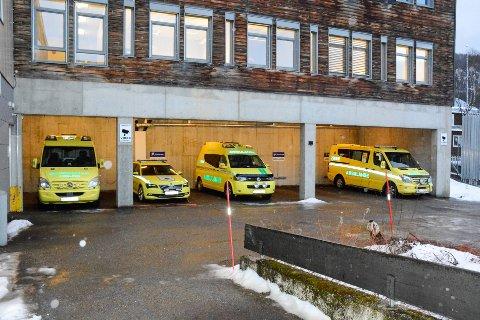 Ambulansestasjonen, som holder til i tidligere Selfors sykehjem ved Helgelandssykehuset, mangler godkjente garasjer og garderober. En løsning er på gang, men vil trolig først kunne stå klar høsten 2022.