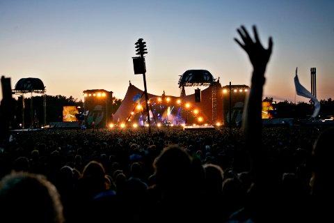 2006 Ungdommer på festival. Roskildefestivalen. Strekker hender i været i mørket. Foto: Sara Johannessen Meek / NTB