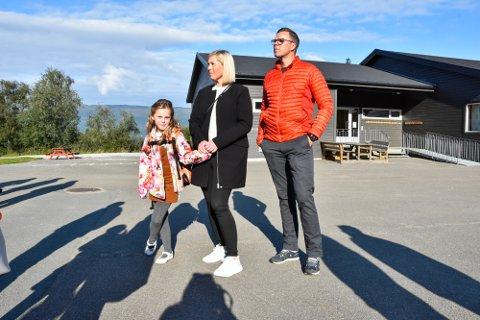 - Jeg er spent, sier skolestarter Ida Myrlund Haugum. Her sammen med foreldrene Lisbeth Bjørnmyr Myrlund og Tor Åge Haugum.