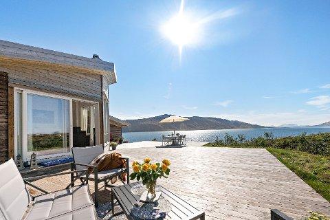Denne hytta som ligger i Røytvika i Lurøy gikk fem hundre tusen kroner over prisantydning.