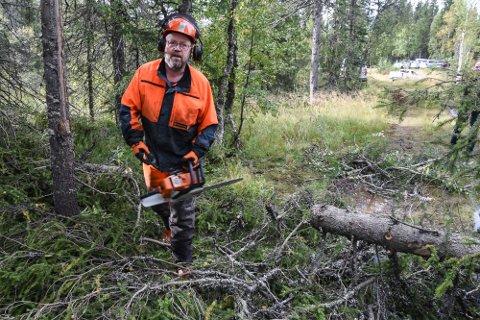 Ordfører Geir Waage felte den første grana på flyplasstomta, men Statsforvalteren i Nordland mener kommunen burde ventet på Avinor Foto: Arne Forbord