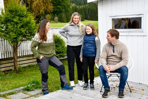 IKKE BESØKT HYTTA PÅ TO ÅR: På grunn av pandemien og nå innreisekarantenen for mindreårige, har ikke Live Pauline fått reise til familiehytten i Sverige siden hun var 7 år gammel, forteller mamma, Tina Merete. Her med familien: Live Pauline (9), Tuva Sofie (16) og Espen Langseth Pedersen.