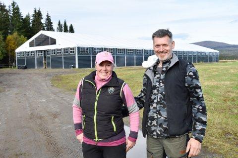 Lise Kosmo Gylseth og John Martin Gylseth foran ridehallen som ble tatt i bruk i vinter, og som nå skal åpnes offisielt i forbindelse med Norsk pintoforenings jubileumsutstilling.