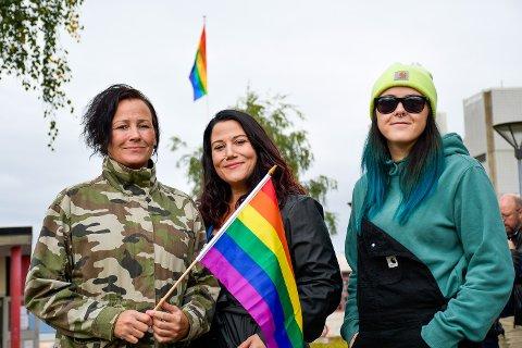 VIKTIG MARKERING: –  Her i Rana er det hovedsakelig viktig for å skape et miljø som gjør det trygt å være åpen.  Pride er også viktig for å symbolisere støtten til mennesker som lever under andre forhold enn oss, i andre land både i Europa og resten av verden. Vi må fortsette å føre en kamp for dem, sier leder av Mo i Rana Pride, Margrethe Møllevik. Her sammen med medlemmer Celina Leonore Andreassen og Jill Larsdotter.