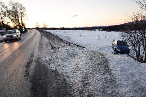 På speilblankt føre dro bilen av vegen, ble kastet rundt og havnet på jordet nedenfor.