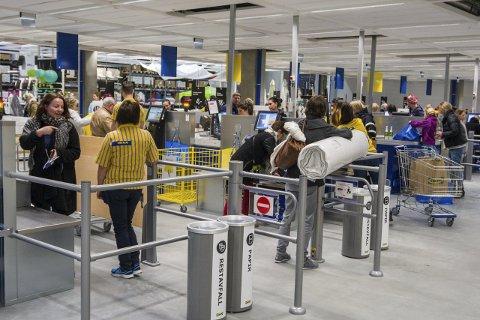 FULLT kjør I KASSA: Det er ventet stor pågang i kassene på Ikea lørdag. Foto: Ole J. Stosve