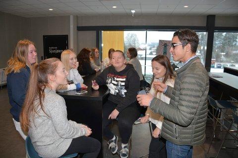 Thomas Skyberg er elev ved ser Fra venstre og rundt bordet: Hedda Grøndahl, Sara Christiansen, Siri Marie Evensen, Ingeborg Kolden, Emma Grøndahl og Thomas Skyberg.