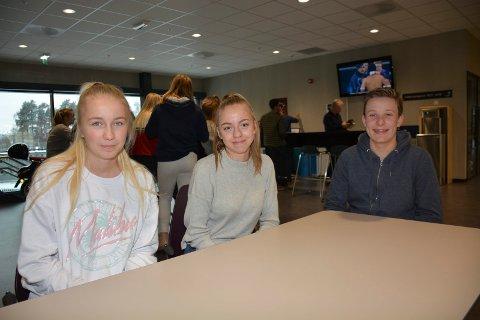 Vilde Braaten, Sina Andreassen og Henrik Arnkværn Dolven testet ut Service og Samferdsel ved Ringsaker videregående skole idag. De er glad at skolene tilbyr slike dager.