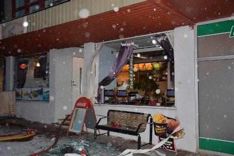 Moelv Sushi ble rammet av eksplosjon og vinduet i restauranten ble blåst ut av bygget.