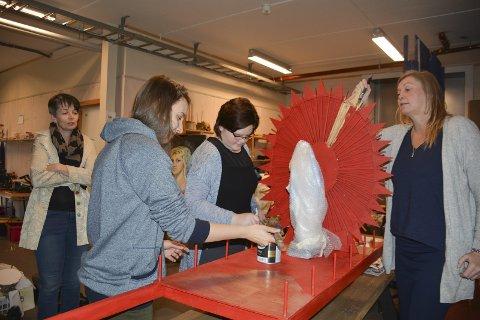 Rekvisitter: Operasjef Kari Bekken ser på arbeidet til Plamena Dicheva, Magnhild Gjengstø og Mette Dahl Johansen.