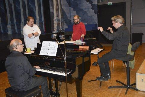Øver: Gunnar Andor Nieland (i rødt), Kristian Krokslett, dirigent Torodd Wigum og Tore Mortensen (piano) forbereder seg.