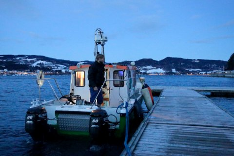 Geofysiker Fredrik William Gjettermann Olsen i gang med grunnundersøkelser i Mjøsa.