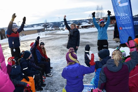 Jublet for gave: Skiforbundet la igjen mye av utstyret som ble brukt under fredagens undervisning. Foran i bildet ser vi rektor Haldis Sveen og Marianne Myklebust fra skiforbundet.