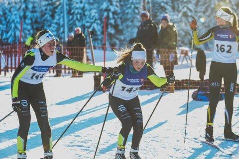 Amalie Storlien sender her av gårde Gina Lagmandsveen Hjemli og det endte med en suveren seier i sprintstafetten.