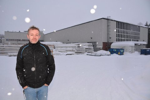 Driftsjef Terje Bjørnstadjordet i næringsparken Siva i Moelv foran bygget hvor taket må måkes for snø så raskt som mulig. Foto: Gaute Freng