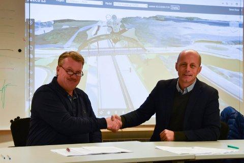 ENIG: Hans Petter Ytterbøe (t.v.), anleggssjef i Veidekke, og Rune Abrahamsen, direktør i Moelven Limtre, signerte onsdag morgen en kontrakt på riggen til Veidekke i Brumunddal.