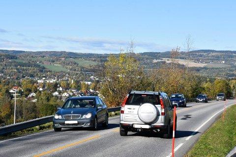 70 ELLER 80: På Furnesvegen sør for Brumunddal mener stortingsrepresentant Tor Andre Johnsen at bilistene burde få kjøre fortere enn 60 kilometer i timen.