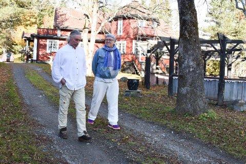 SJEKKER SNART UT: Kai Jomar Moravia (t.v.) og Ginn Jahr er to av de siste seks hvitkledde. Nå har de lagt gården ut for salg, og ser for seg å kjøpe et mindre sted.