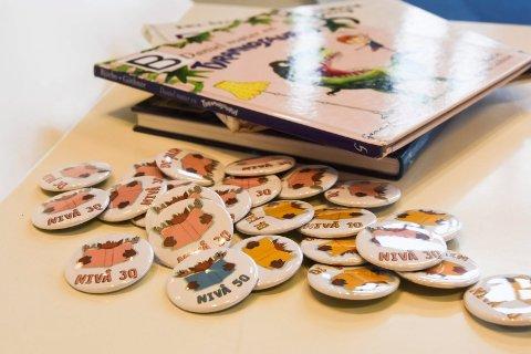 BUTTONS: Barna blir premiert med Eldar-buttons, etter hvor mange bøker de leser.