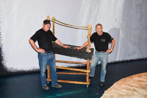 SNEKKERE: Odd Byenstuen (t.v.) og Terje Thomassen har vært frivillige i 20 og 19 år. De trenger de flere kolleger som kan være med å snekre kulisser.