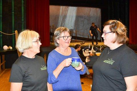 I GANG: Forberedelsene til årets opera «Perlefiskerne» av George Bizet er i gang for fullt. Fra venstre: Marit Holmgren, Bjørg Th. Holmen og Heidi Olsen. I bakgrunnen scenen.