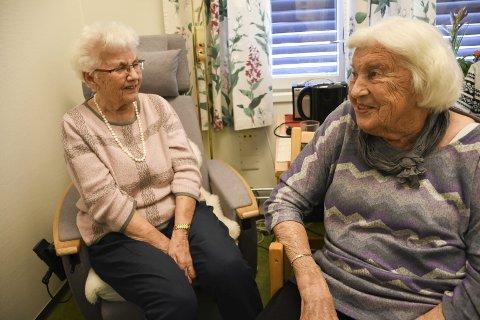 Første møte: Ingri Knutsen (t.v.) og Eva Løvli har hatt drøssevis av telefonsamtaler med hverandre opp gjennom årene. Denne uken møttes de for første gang ansikt til ansikt. FOTO: Asgeir Høimoen