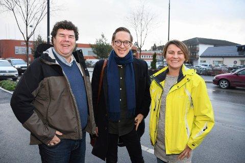 Lars Freng (V) (f.v.), Kristian Tonning Riise (H) og Svetlana Johnsen (Frp) er glade for at det satses på teknologi i skolene i Ringsaker.