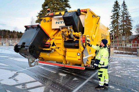 DYR ORDNING: Ringsaker kommune betaler Sirkula over 6 millioner kroner ekstra i året for at søppeldunkene kan stå inntil 30 meter fra offentlig veg. Rådmann Jørn Strand tror det er på tide å se på ordningen.