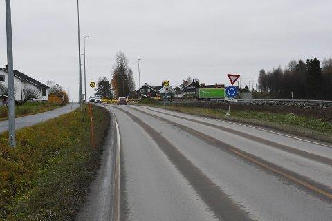 Her er bommen på Furnesvegen planlagt. Nå vil Ringsaker kommune ha svar på hva som skal til for at den kan fjernes.