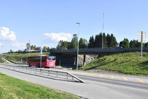 LANGBAKKEN: Nå kan du atter kjøre ut på Furnesvegen via Langbakken.