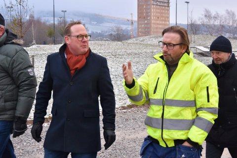 For bygdeutvikling: Helge Vestheim og politikere i to andre partier, ønsker at kommunen her ved rådmann Jørn Strand skal utrede potensialet for bærekraftig vekst og utvikling i bygdene i Ringsaker.