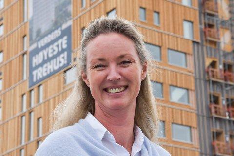 SJEF: Mange vil jobbe på Wood Hotell i Mjøstårnet, der Kari Liberg Lindstad (48) fra Brøttum er daglig leder.