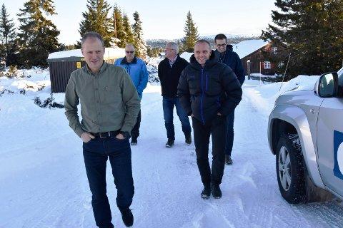 FEM GRUNNEIERE: På Sjusjøen tirsdag. Fra venstre: Per Fineid (Pihl AS), Mathias Neraasen (Ringsaker allmenning), Morten Øie (Furnes allmenning), Lars Bjerke (Veldre allmenning) og Jan Tore Hemma (Brøttum allmenning).