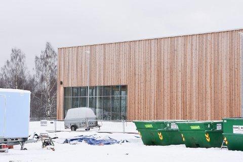 SNART OVERTAKELSE: Overtakelse av det nye bassenget i Brumunddal ved Mjøstårnet skjer 3. januar. Det betyr at det meste nå er ferdig.
