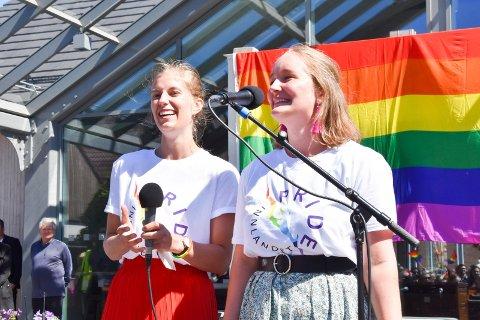PRIDE: Emma Laier Johnsen (t.v.) og Anne-June Skarpnord i Brumunddal.