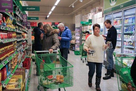 Mange kunder hadde tatt turen til Kiwi på åpningsdagen.