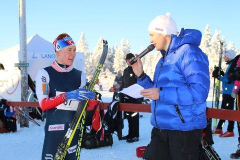 Ragnhild Haga intervjues av Syver Berg Domås etter seieren i Romjulsrennet. Foto: Dorthe Hemma.