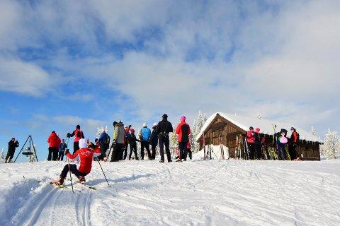 Onsdag ble hytta åpnet. Med servering og god stemning ble det en bra dag for å vise fram det nye tilbudet langs skiløypene i fjellet.  Foto: Destinasjon Sjusjøen