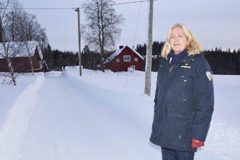 Verdiøkning: Haugersveen foran hjemmet sitt på Ring. Verdien på eiendommen er etter retaksering steget fra 724 000 kroner i 2017 til 1.176.000 kroner i 2018. Hun ønsker svar på hvorfor det. foto: Gaute Freng