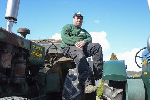 Traktorfantast: Per Arne Tvedt fra Brumunddal samler på gamle traktorer og har fylt opp mye av gardstunet på Jemtland Vestre med fasjonable bruksdoninger fra en forgangen tid. Han har to gamle klassikere av merket Oliver og den til venstre er faktisk helt lik den første gardstraktoren som var i bruk på Jemtland Vestre. Dette er en av om lag 20 traktorer Tvedt har stående på garden. Snart får de selskap av ytterligere tre etter at Tvedt nylig fikk napp på nettet.