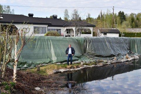 FLOMBARRIERE: Stig Kjetil Haugsvær har bygget en flombarriere foran eiendommen på Jessnes.