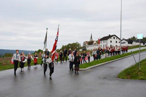 Speiderne og Brøttum Skolekorps står opp tidlig for å starte 17. mai i bygda. Klokka 07.30 er de i gang.