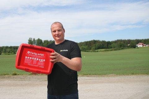 Christian Lie, rådgiver i Sirkula, med den nye boksen. Foto: Asgeir Høimoen.