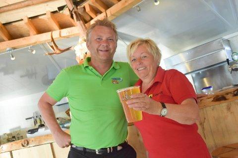 DRIVERE: Kjetil Bjørnhaug (t.v.) og Anne Karin Christensen har drevet serveringsstedet ved Framnesbrua siden 2011. 5 ganger i året byr de også på levende musikk.