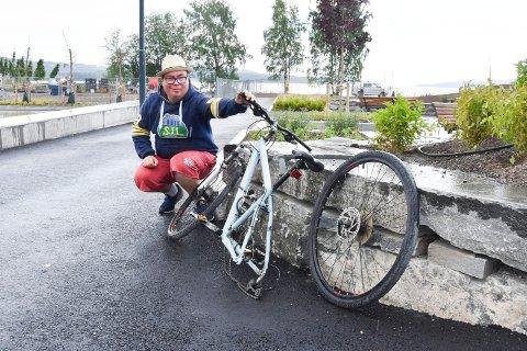 SNART LØST: Sykkeldetektiv Marius Andre Fylling (26) fra Brumunddal viste RB denne ensomme sykkelen i skateparken i Brumunddal før helga. Nå har han snart løst gåten.